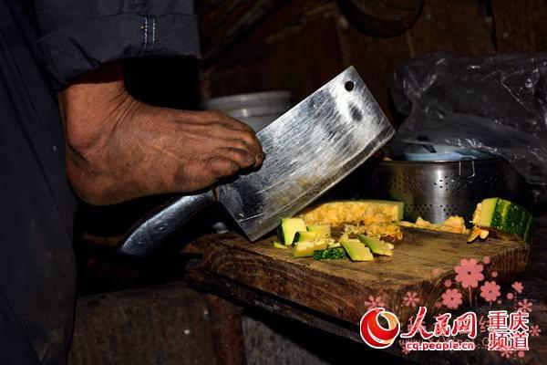 重庆男子失去双臂 含勺给老母喂饭感动无数人