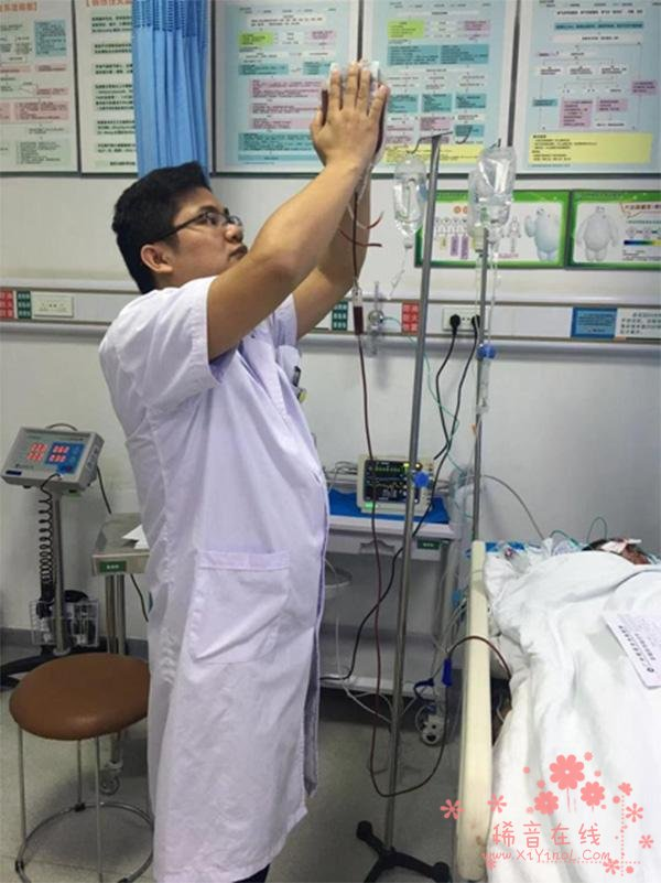 伤者急需输血,急诊科医生双手暖血袋40分钟